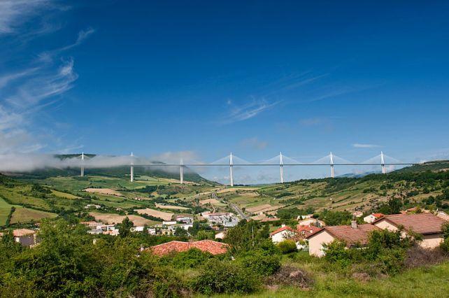 800px-Creissels_et_Viaduct_de_Millau
